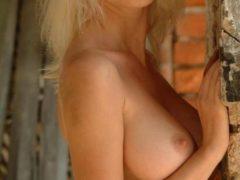 Blonda perversa cu sani mari