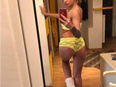 Blonda Creata Fund Bombat La Tine Sau Hotel